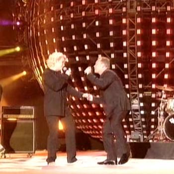 Kim and Ali Campbell performing 'I got you babe' during Stars of Europe in Brussels (Belgium), March 24, 2007
