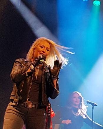 Kim Wilde live in Utrecht, posted by @haggith (October 17, 2016)